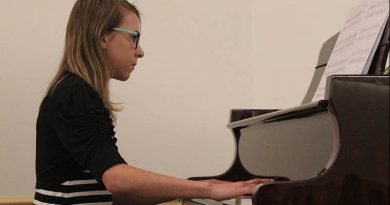 Local kids play the piano for year end recital