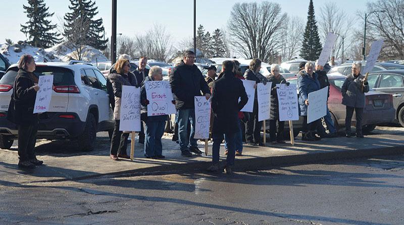 """It's an Outaouais problem"" Pontiac protesters picket OBS cut"